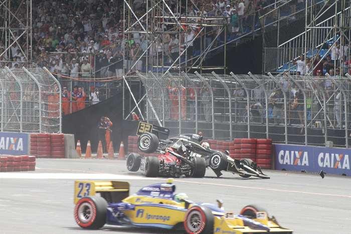 Moraes trepado em Andretti, no bom sentido