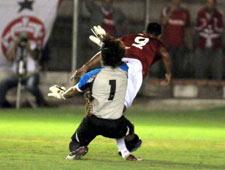 Goleiro fratura a perna em dividida com atacante do Inter. Veja o lance
