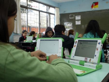http://i2.r7.com/data/files/2C92/94A3/27B8/685A/0127/BA8C/718D/7386/laptop-hg-por-crianca-NECO-varella-ae-21-11-2008.jpg