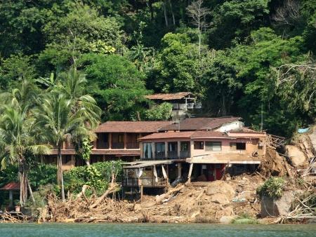 http://i2.r7.com/data/files/2C92/94A4/2601/86E6/0126/19FB/5A6C/5065/Angra-dos-Reis-desabamento.jpg