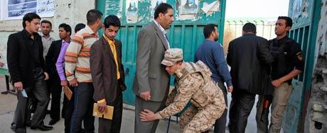 Iraquianos são revistados antes de votar