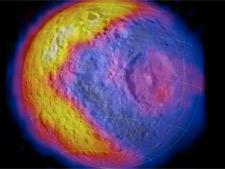 Lua de Saturno lembra jogo Pac-Man e supreende cientistas da Nasa